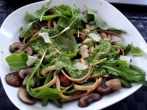 Tagliatelle mit Pilzen, Bohnen und Rucola-Pesto